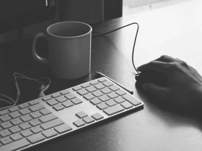 desktop-computer-mouse-coffee